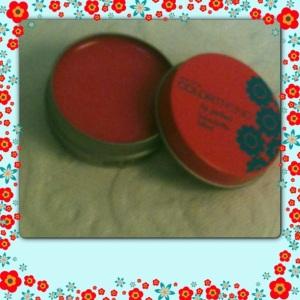 comprei também, essa latinha da avon que é um brilho labial(cor: flor de laranja) ...estou adorando...
