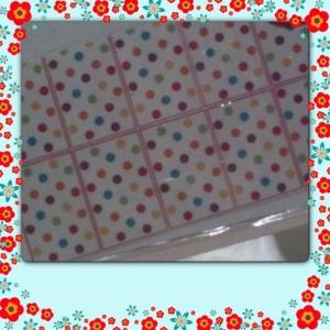 esse adesivo, é de poá todo colorido...lindo...